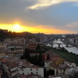 Dalla torre di San Niccolò ogni pomeriggio, fino al tramonto, lo spettacolo di Firenze.